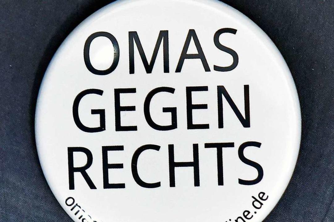 Die Omas zeigen auch mit einem Button Flagge.  | Foto: Michael Bamberger