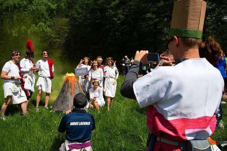 Eine bunte Vielfalt an kostümierten Teilnehmern war beim 19. Müllheimer Genusslauf zu bewundern. Den Halbmarathon gewannen Fritz Koch aus Freiburg (LSF Münster) und Stefanie Doll vom SV Kirchzarten. (Foto: Volker Münch)