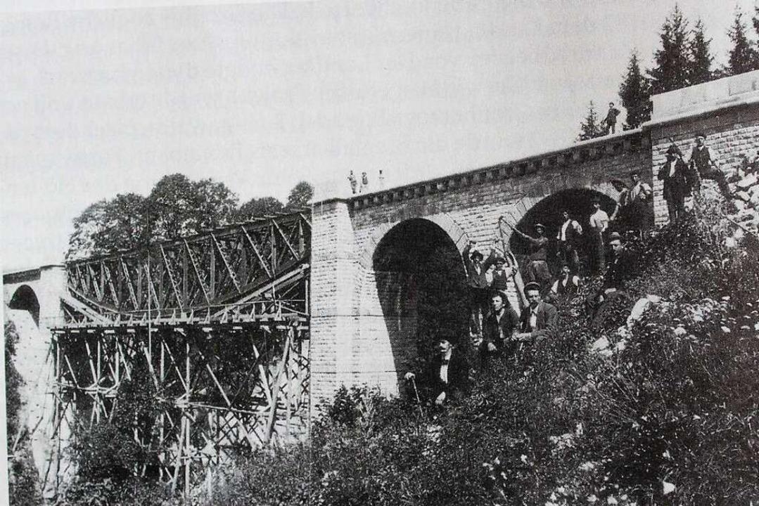 Die Eulenmühlenbrücke, die über die Ga...schrift vieler italienischer Arbeiter.    Foto: Archiv