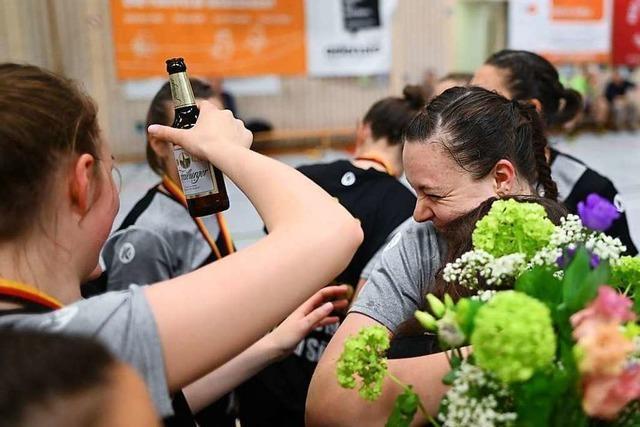 Fotos: Wie die Handballerinnen der HSG Freiburg ihren Aufstieg feiern