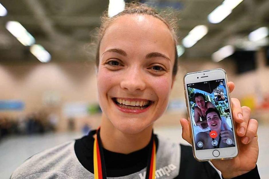 HSG-Spielerin Alica Burgert zeigt, dass Freunde und Familie auch über das Handy mitfeiern. (Foto: Patrick Seeger)