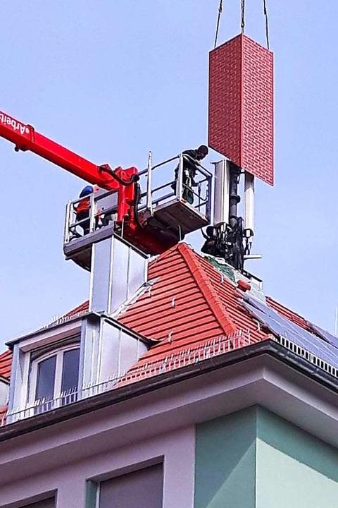 Gerade noch ein Handymast, demnächst e...funkantenne auf einem Würzburger Haus.    Foto: Kilian Moritz (dpa)