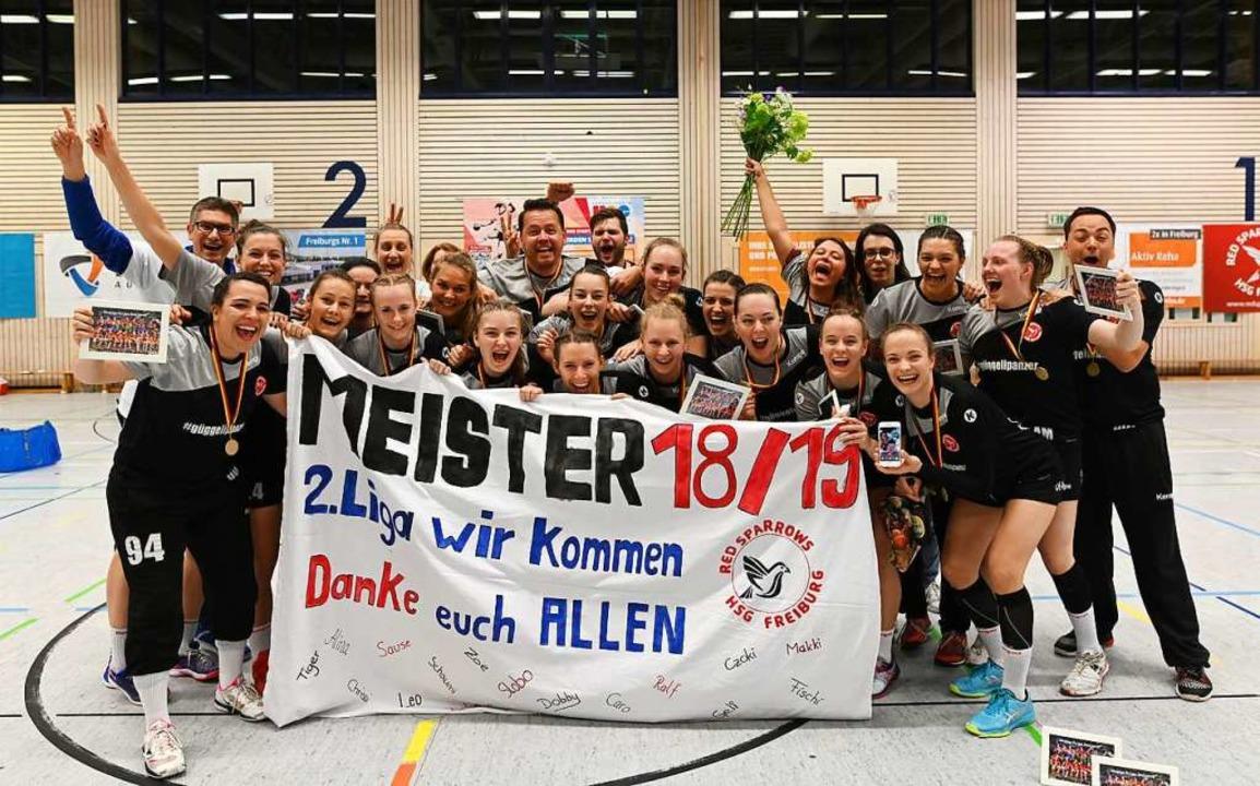 Grenzenlose Freude bei den Handballeri...G Freiburg nach dem letzten Heimspiel.    Foto: Patrick Seeger