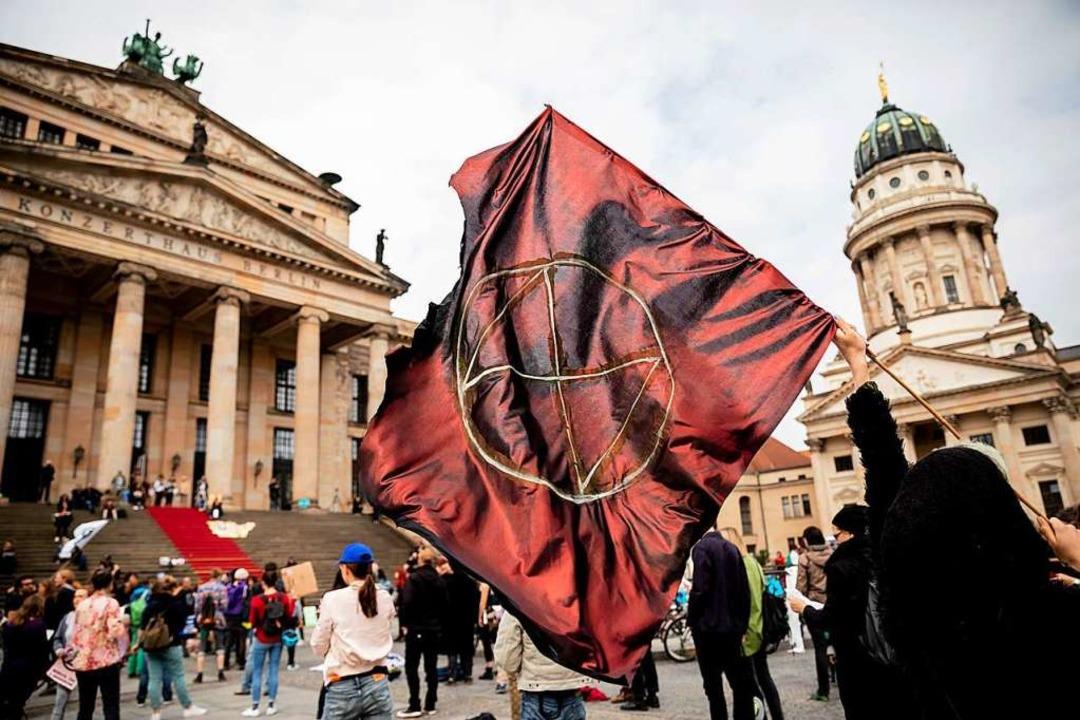 Auch auf dem  Berliner Gendarmenmarkt ...ction Rebellion  gegen die Klimakrise.  | Foto: dpa