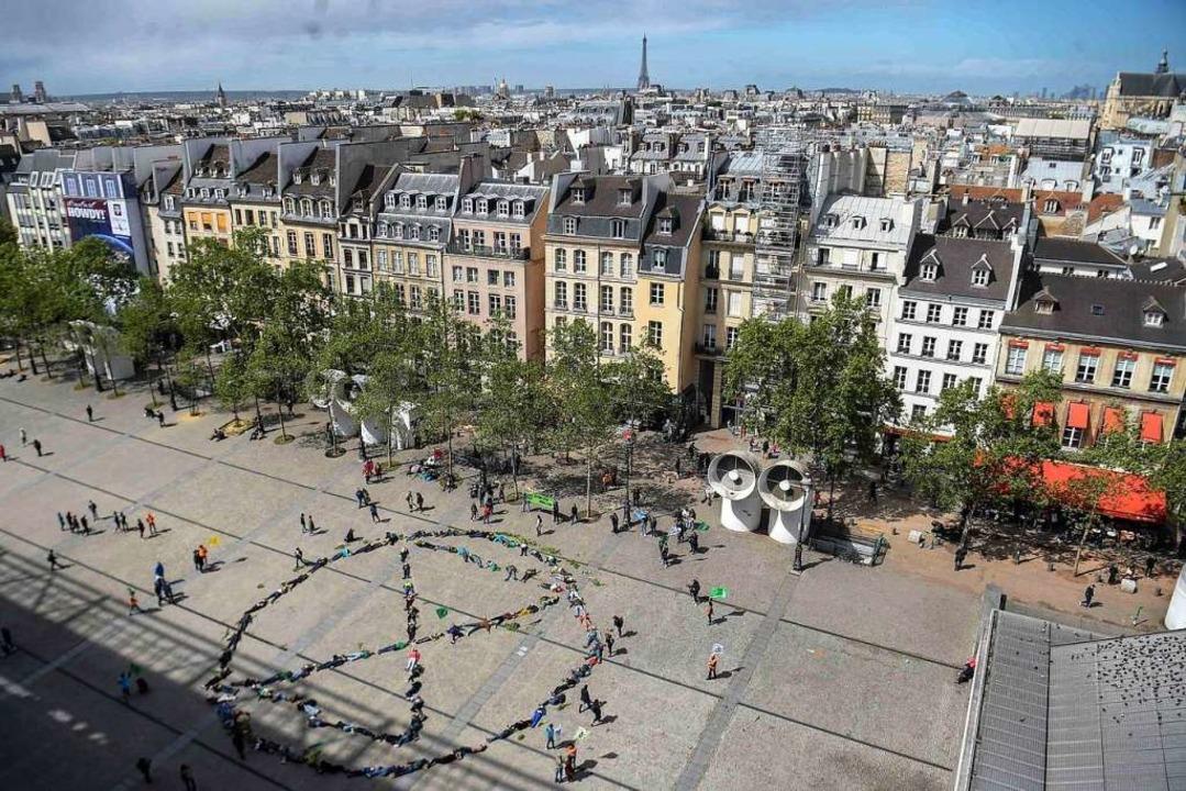 Und auch in Paris vor dem Centre Pompidou machten die Aktivisten eine Aktion.  | Foto: AFP
