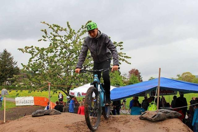 Drei Jugendliche errichten Mountainbike-Strecke für Wallbach