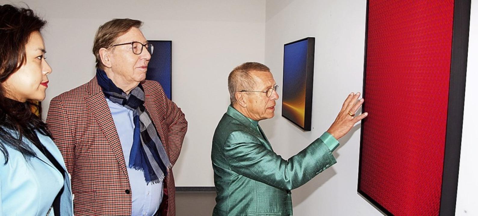 Günter Scharein erklärt dem Ehepaar Messmer seine Bilder.   | Foto: Haberer