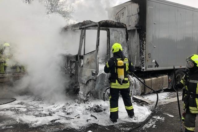 Lastwagen brannte auf A5 zwischen Teningen und Riegel