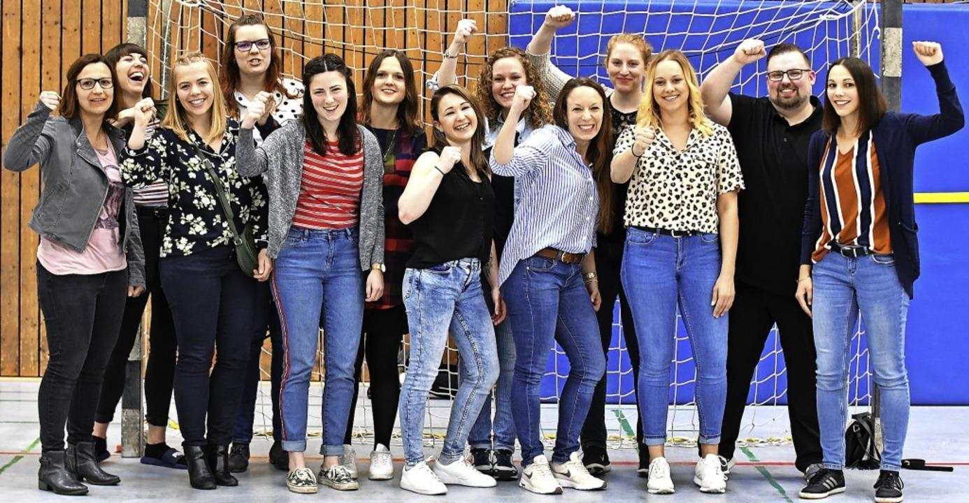 Gruppenbild mit Herr: Die Handballerin...it Assistenztrainer Christoph Schmidt     Foto: Keller