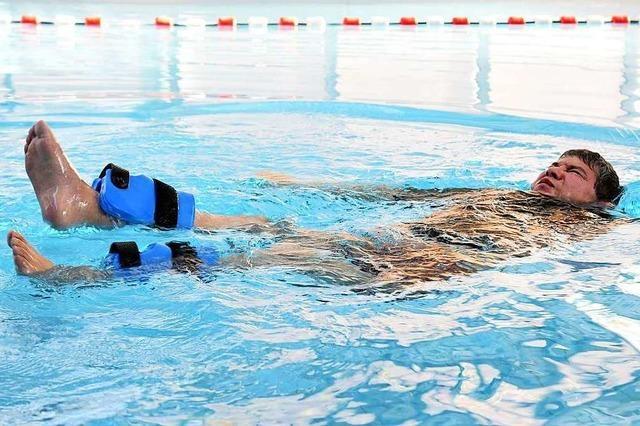 In Berlin lernt ein Querschnittgelähmter wieder Schwimmen – auch mit Hilfe von Stromstößen
