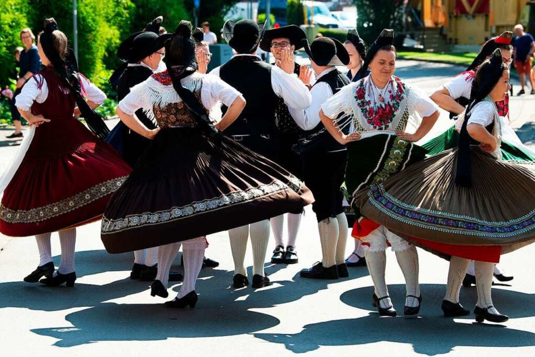 Eine hessische Volkstanzgruppe  | Foto: Swen Pförtner