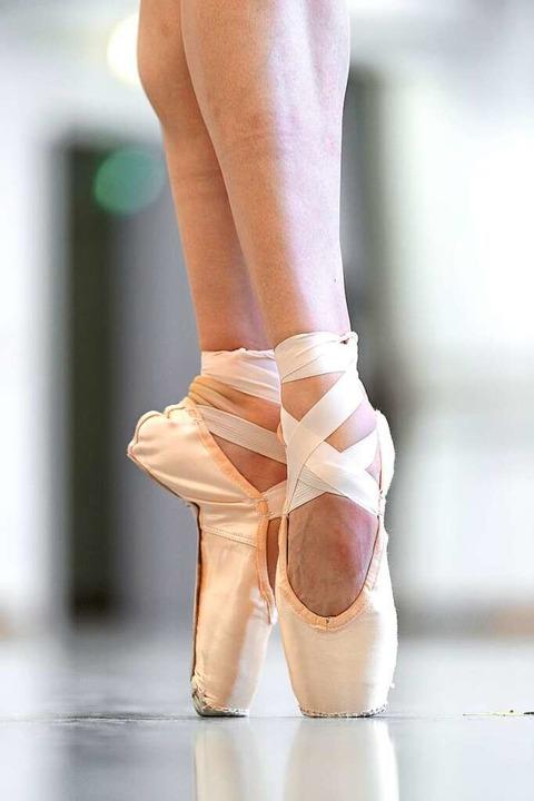 Eine Ballerina tanzt auf Spitzenschuhe...n ihre Beine länger erscheinen lassen.  | Foto: dpa