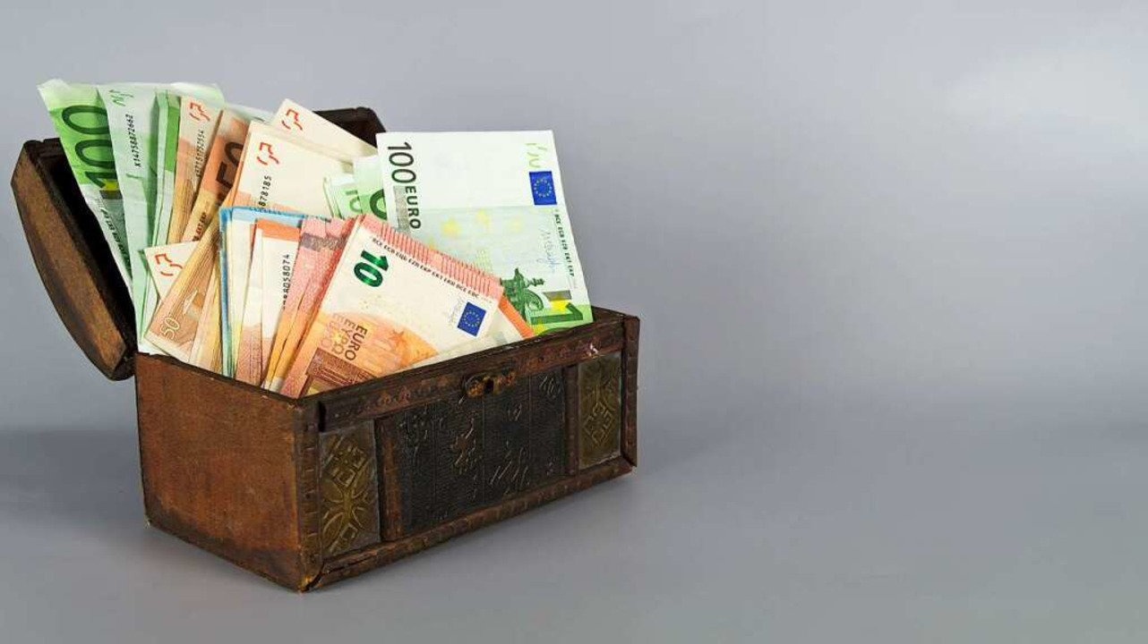 Anstatt das Geld in einem Koffer aufzu...e meisten Leute lieber zur einer Bank.    Foto: ghazii - stock.adobe.com