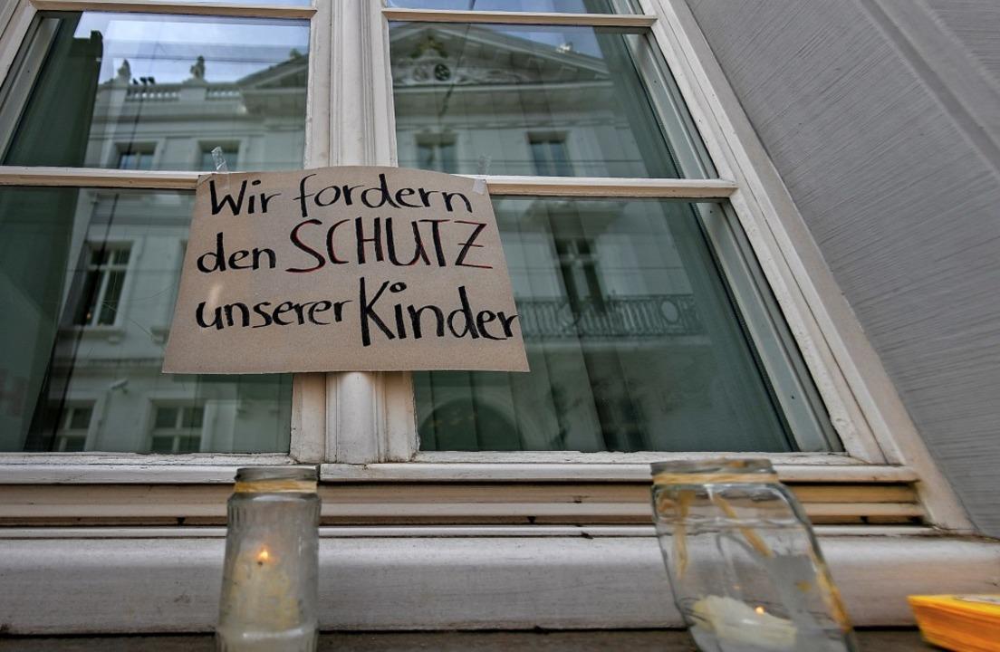Demonstranten haben nach dem Missbrauc...estellt und dieses Schild aufgehängt.   | Foto: dpa