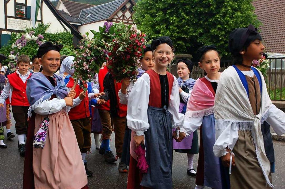Auch die Vreneli und Hanseli werden am 10. Mai wieder durchs Hebeldorf ziehen.  | Foto: Angelika Schmidt