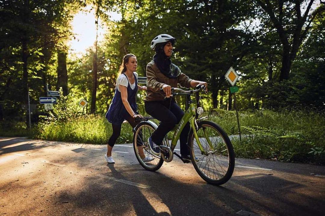 Bei Bike & Belong können geflüchte...auen und Mädchen Fahrradfahren lernen.  | Foto: Felix Grotheloh Fotografie