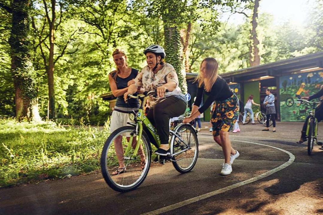 Bei Bike & Belong können geflüchtete Frauen und Mädchen Fahrradfahren lernen    Foto: FELIX GROTELOH FOTOGRAFIE