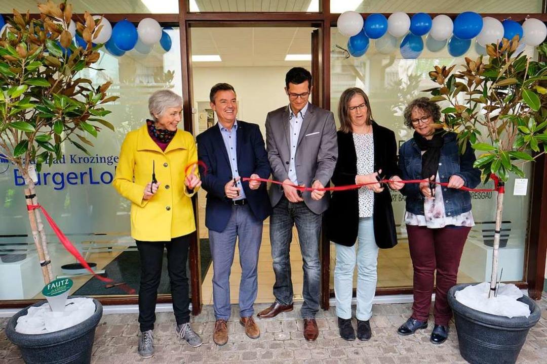 Machen den Weg zu den neuen Räumen für...er und Petra Horn vom Pflegestützpunkt  | Foto: Hans-Peter Müller