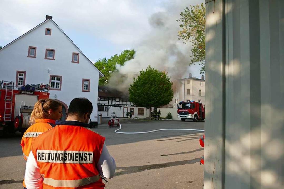 Bei der Alten Feuerwache in Lörrach steht ein angebauter Schuppen in Flammen.  | Foto: Willi Adam
