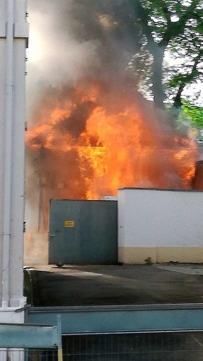 Bei der Alten Feuerwache in Lörrach steht ein angebauter Schuppen in Flammen.  | Foto: Kathrin Ganter