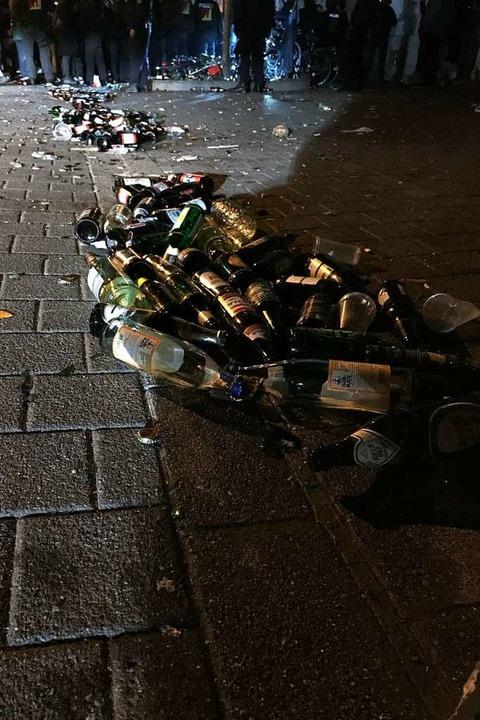 Vor allem in der Belfortstraße blieben laut Polizei viele leere Flaschen zurück.  | Foto: Polizei Freiburg