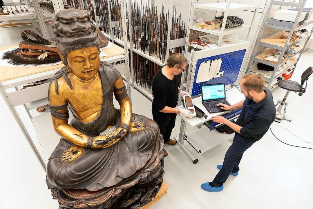 Im Schatten der japanischen Buddhafigu...nen zu einer polynesischen Holzschale.  | Foto: Ingo Schneider