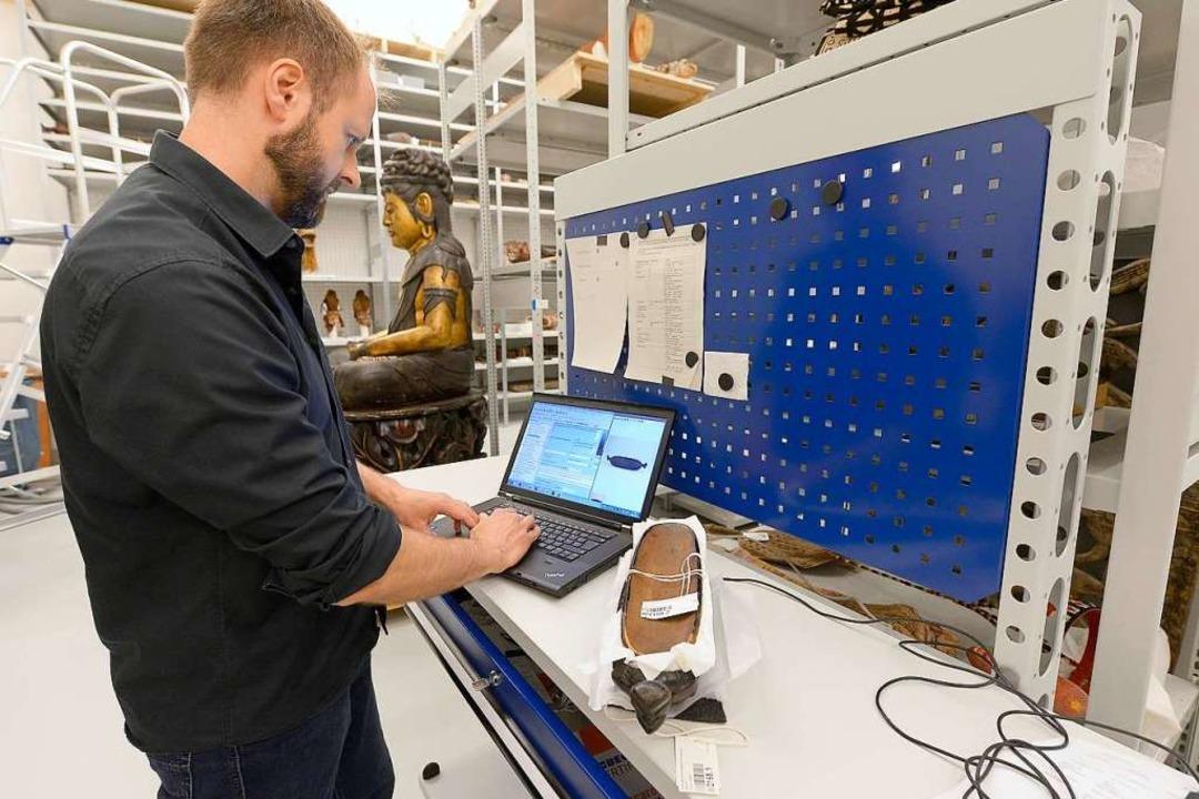 Jochen Dietel vom Zentralen Kunstdepot bei der Digitalisierung  | Foto: Ingo Schneider