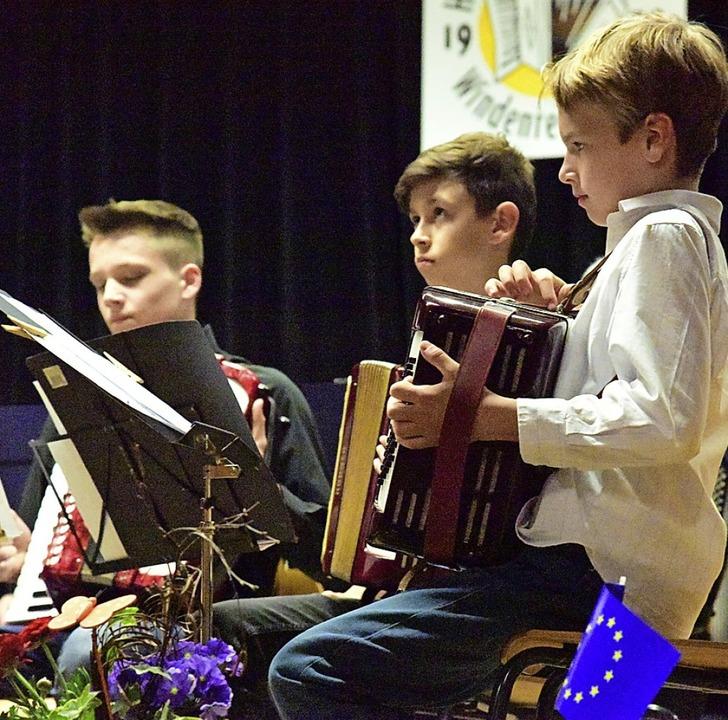 Die  Jugendgruppe der Harmonika-Freunde konzentriert sich auf ihr Spiel.   | Foto: Hans Meidhof