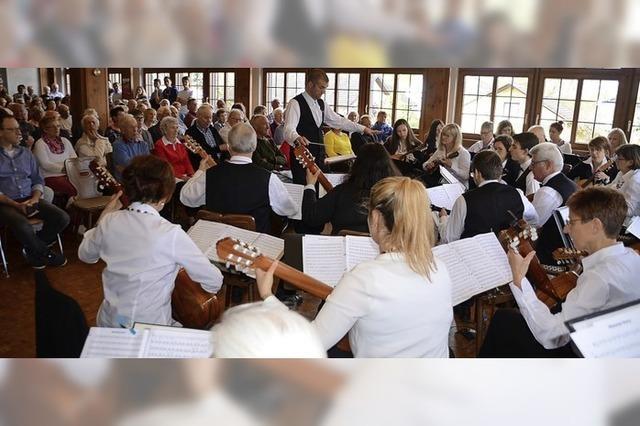 Beschwingte Zupfmusik in vollem Saal