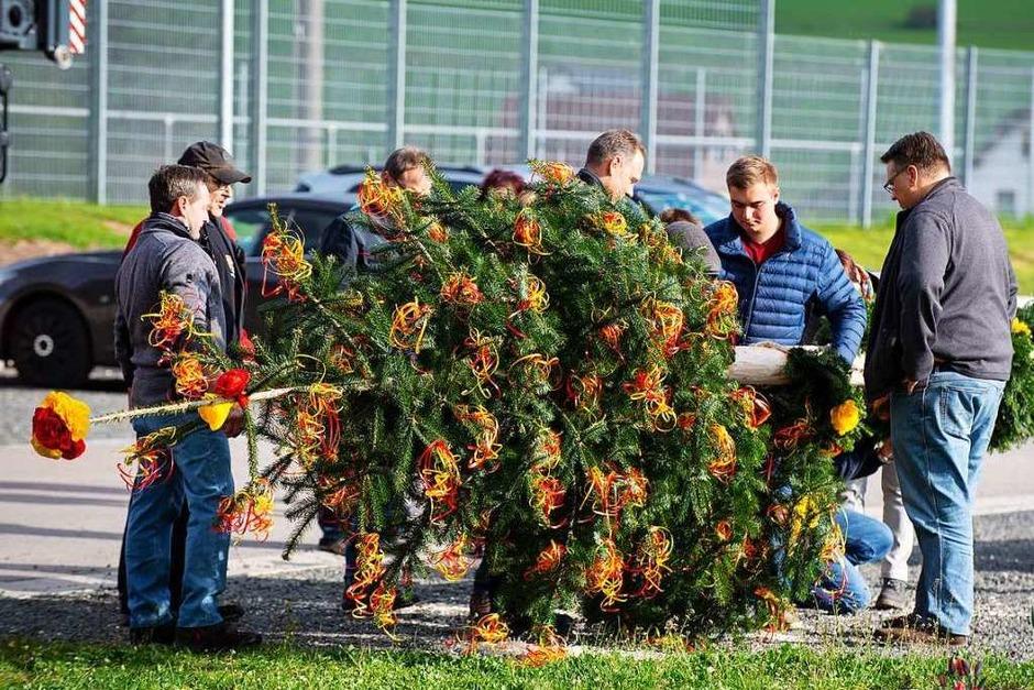 Das Maibaumstellen der Gündelwanger Vereine lockte viele Besucher auf den Dorfplatz. (Foto: Wolfgang Scheu)