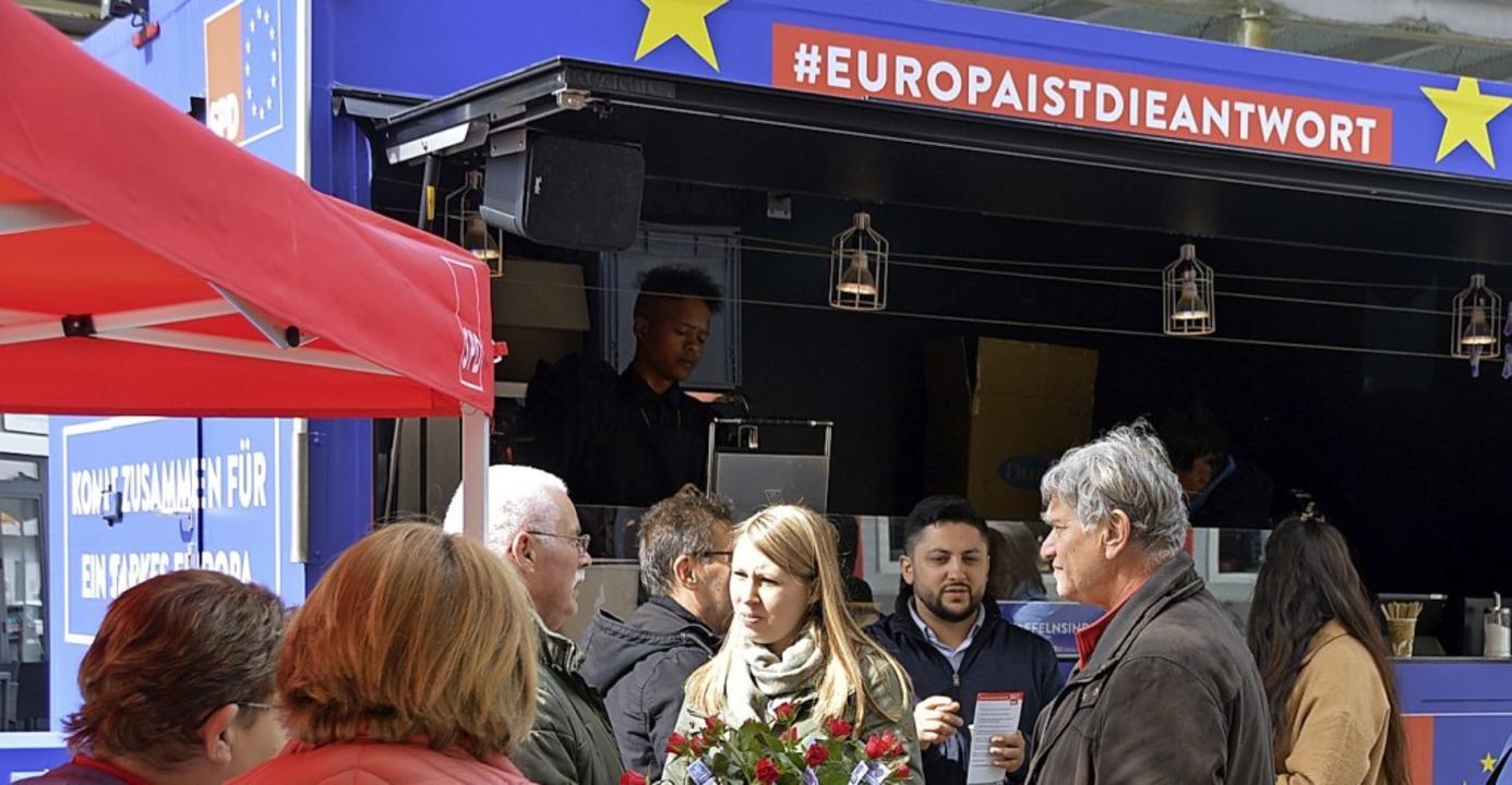 Luisa Boos (Mitte) sucht das Gespräch.   | Foto: Horatio Gollin