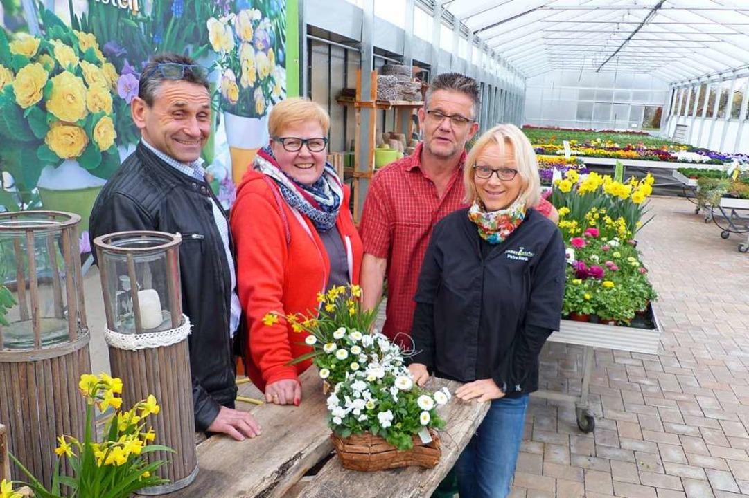 Ortsvorsteher Rolf Lorenz  und Stellve...ra Bank von Blumen Köpfer (von links)   | Foto: Claudia Bachmann-Goronzy