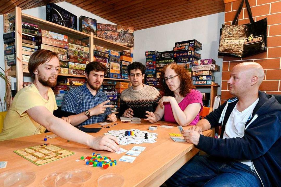 Wer ein Spiel erfindet, muss erstmal a...ke und Gastgeber Ferdinand Schnitzler.  | Foto: Thomas Kunz