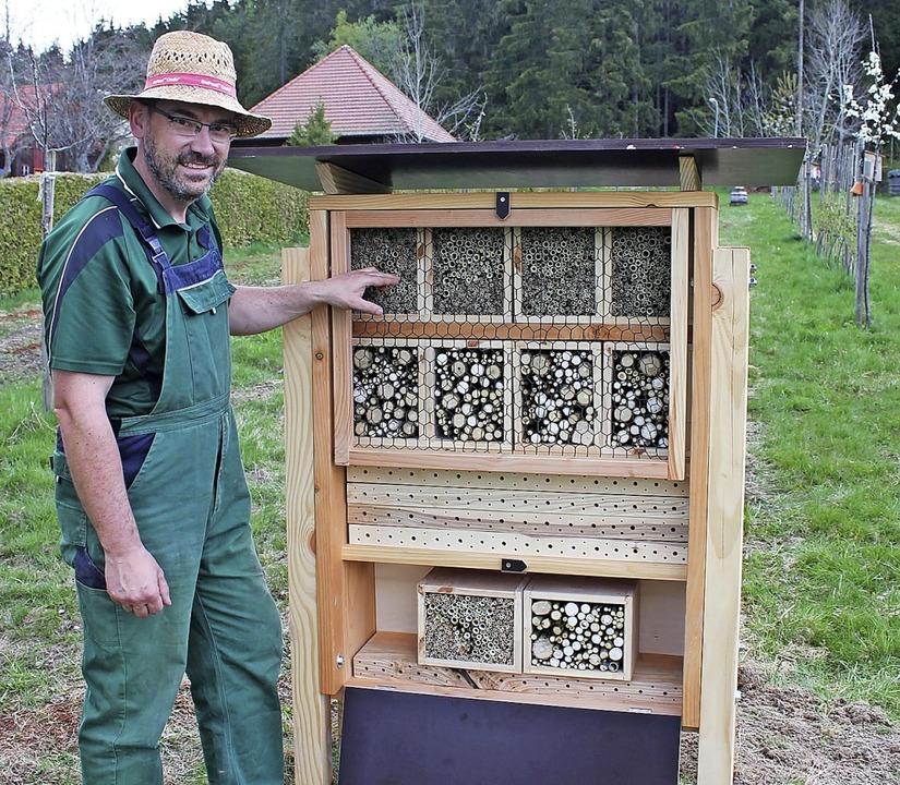 Stolz präsentiert Ansgar Barth aus Unt...nd das ausgeklügelte Wildbienenhotel.   | Foto: Lutz RAdemacher