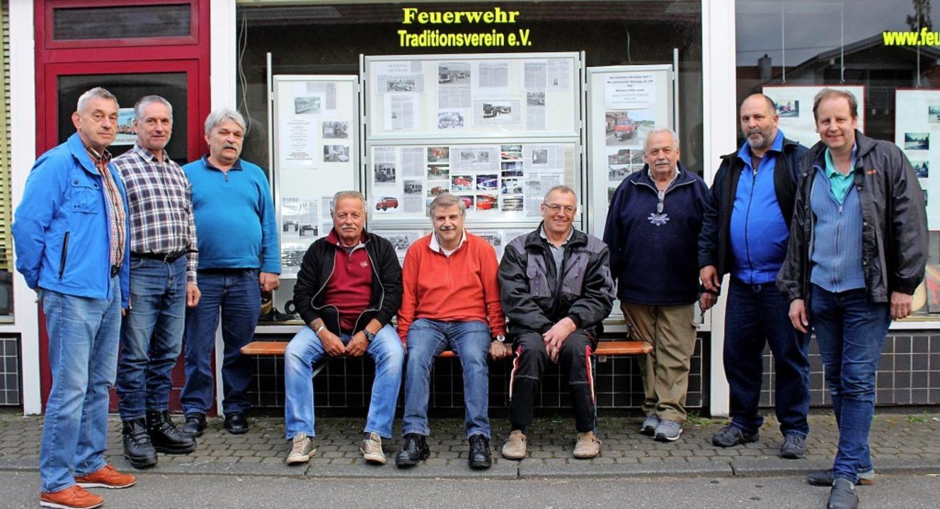 Mitglieder des Feuerwehr-Traditionsver...ihrem neuen Vereinsheim in Haltingen.   | Foto: Cremer