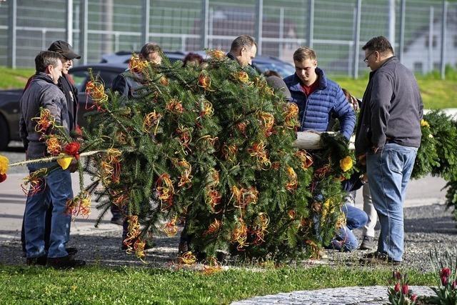 Beim Maibaumstellen machen alle mit