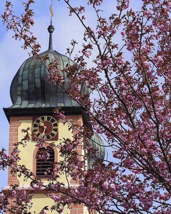 Auch rund um die Wallfahrtskirche blüht es üppig.  | Foto: Susanne Gilg