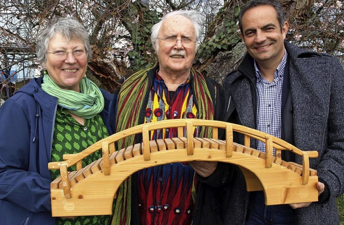 Peter Haas (Mitte) schlägt eine Brücke...Haas und dem neuen Vize Martin Münch.   | Foto: Sigrid Leder-Zuther