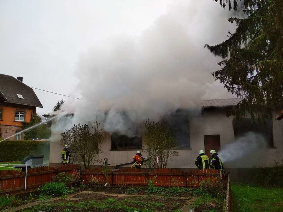 Die Feuerwehren bekämpfen den Großbrand in der Rötenbacher Schreinerei.  | Foto: Liane Schilling