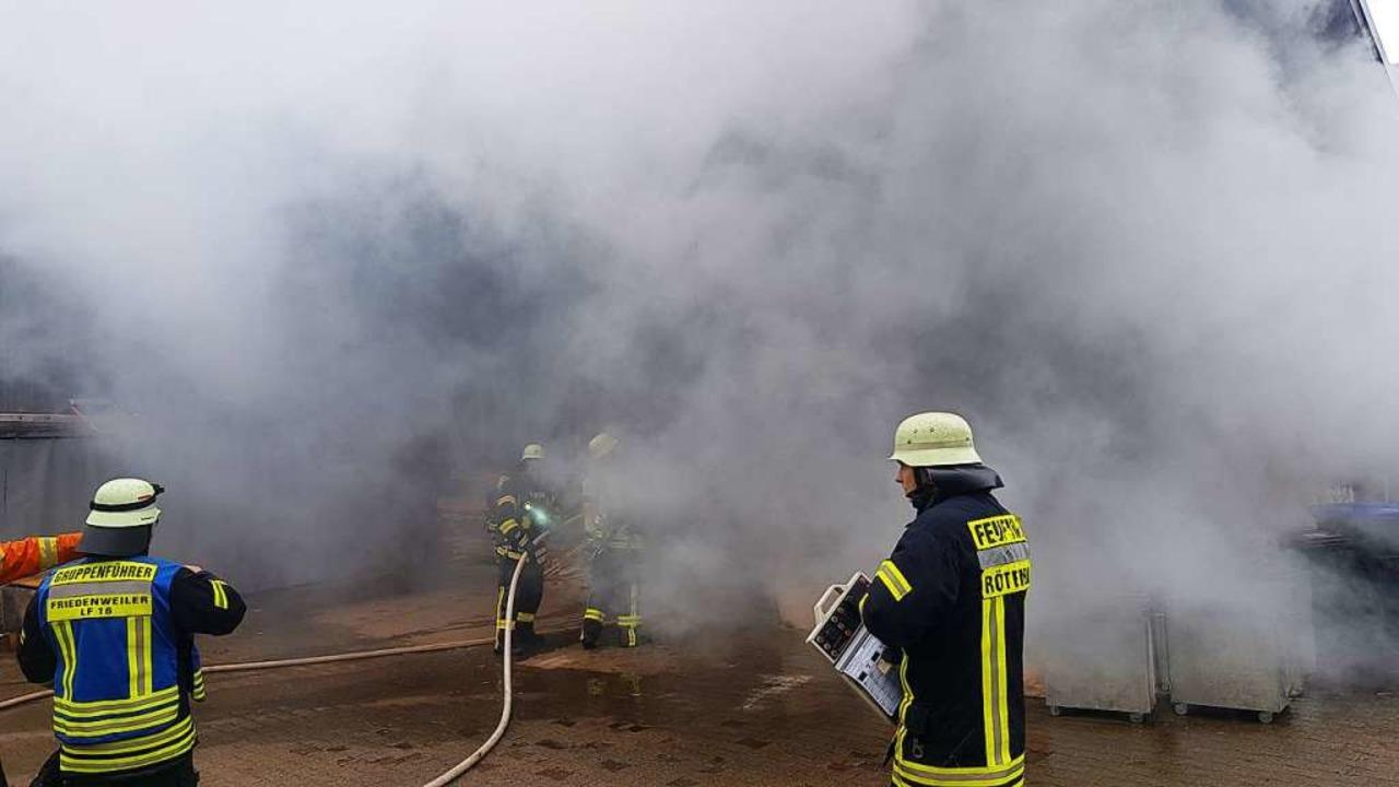 Die Feuerwehren bekämpfen den Großbrand in der Rötenbacher Schreinerei.  | Foto: Kamera 24