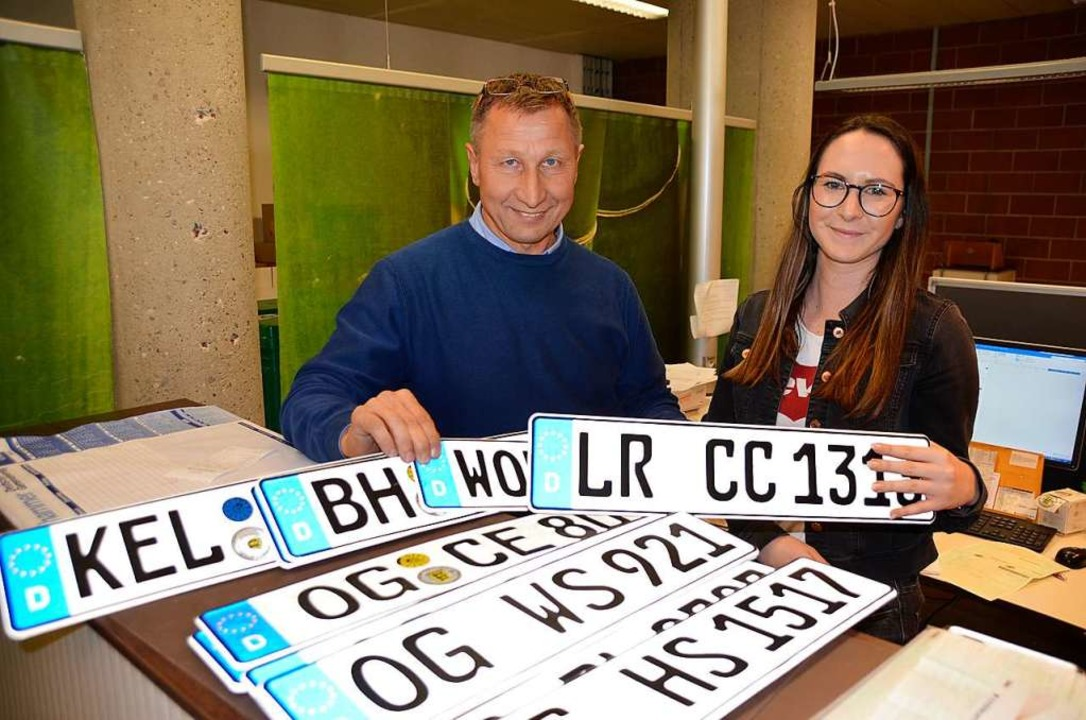 Die Zahl der Altkennzeichen nimmt laut...arbeiterin Sarina Borho immer mehr zu.    Foto: hrö