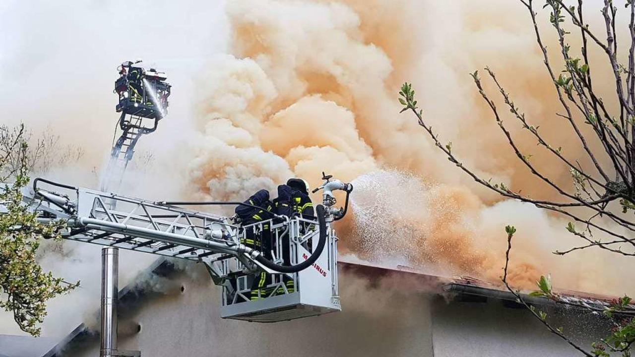 Die Feuerwehren bekämpfen den Großbrand in der Rötenbacher Schreinerei.  | Foto: Kamera24
