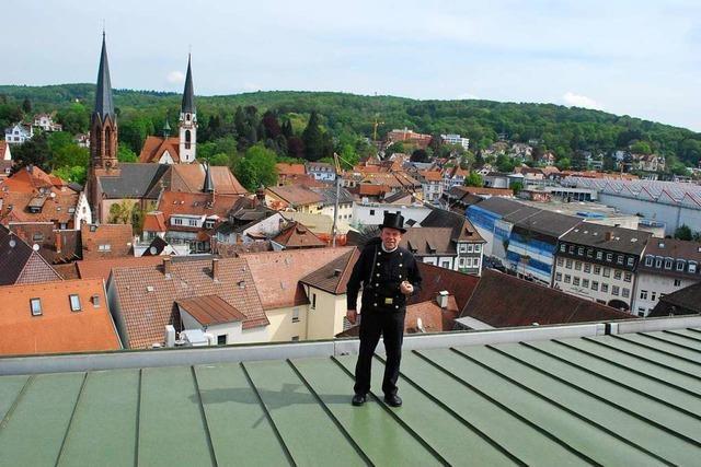 Ein Schornsteinfeger nimmt Abschied von den Dächern der Stadt