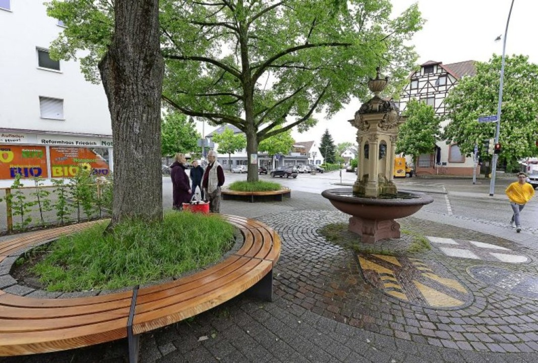 Neue Sitzbänke gibt es jetzt rund um d...umgestalteten Platz beim Dorfbrunnen.   | Foto: Ingo Schneider