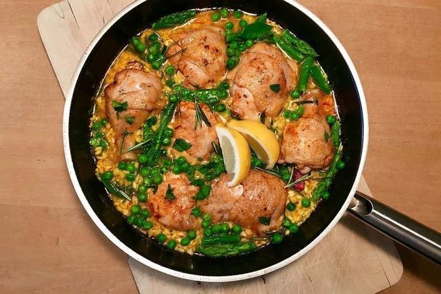 Eine Paella ohne Meeresfrüchte – dafür mit Huhn und frischem Grün