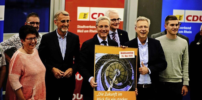 Norbert Röttgen (mit Plakat), flankier... Schuster (links)  und Günter Dußmann   | Foto: Ansgar Taschinski