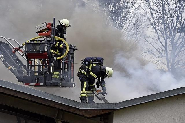 Drei Menschen bei Großbrand verletzt