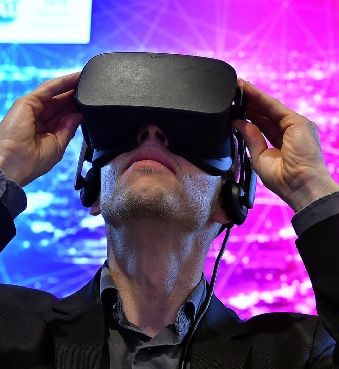 Einen  Blick in die Zukunft wagen  &#8...diesem Fall mit Hilfe einer VR-Brille     Foto: Martin Schutt (dpa)