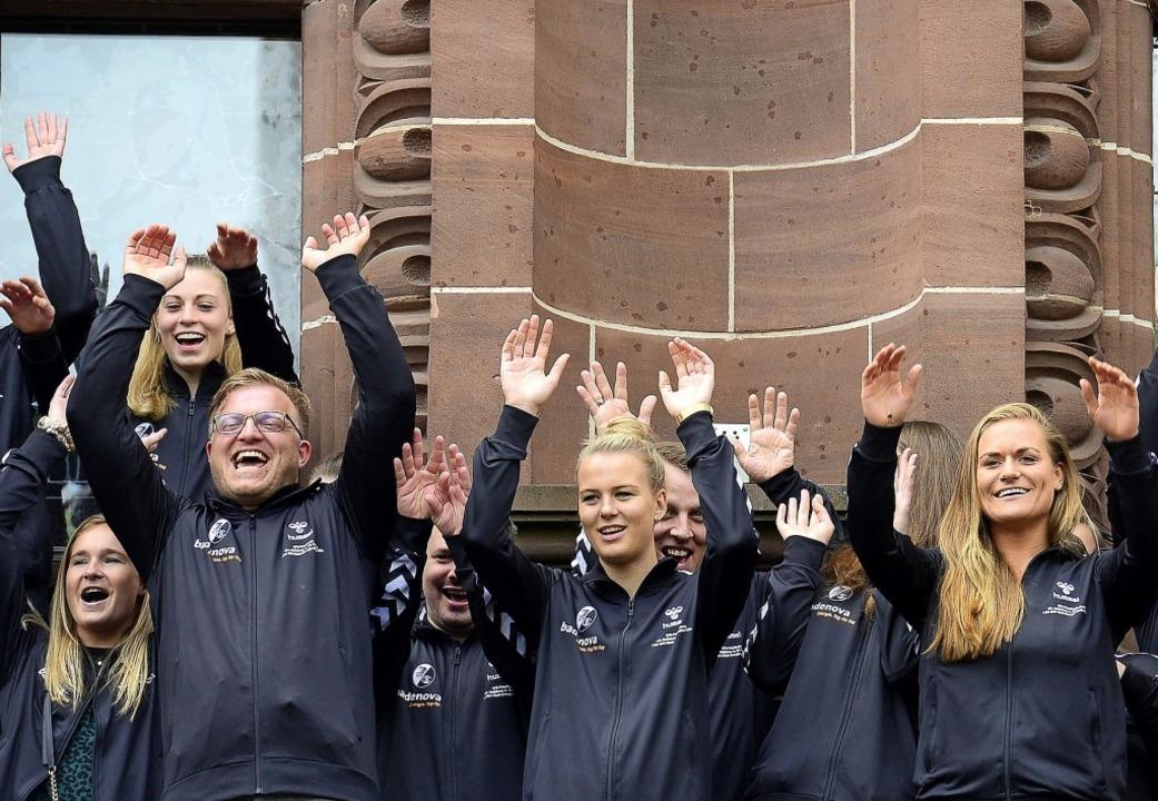 Gefeiert auf dem Rathaus-Balkon: die Pokalfinalistinnen vom SC Freiburg.   | Foto:  INGO SCHNEIDER