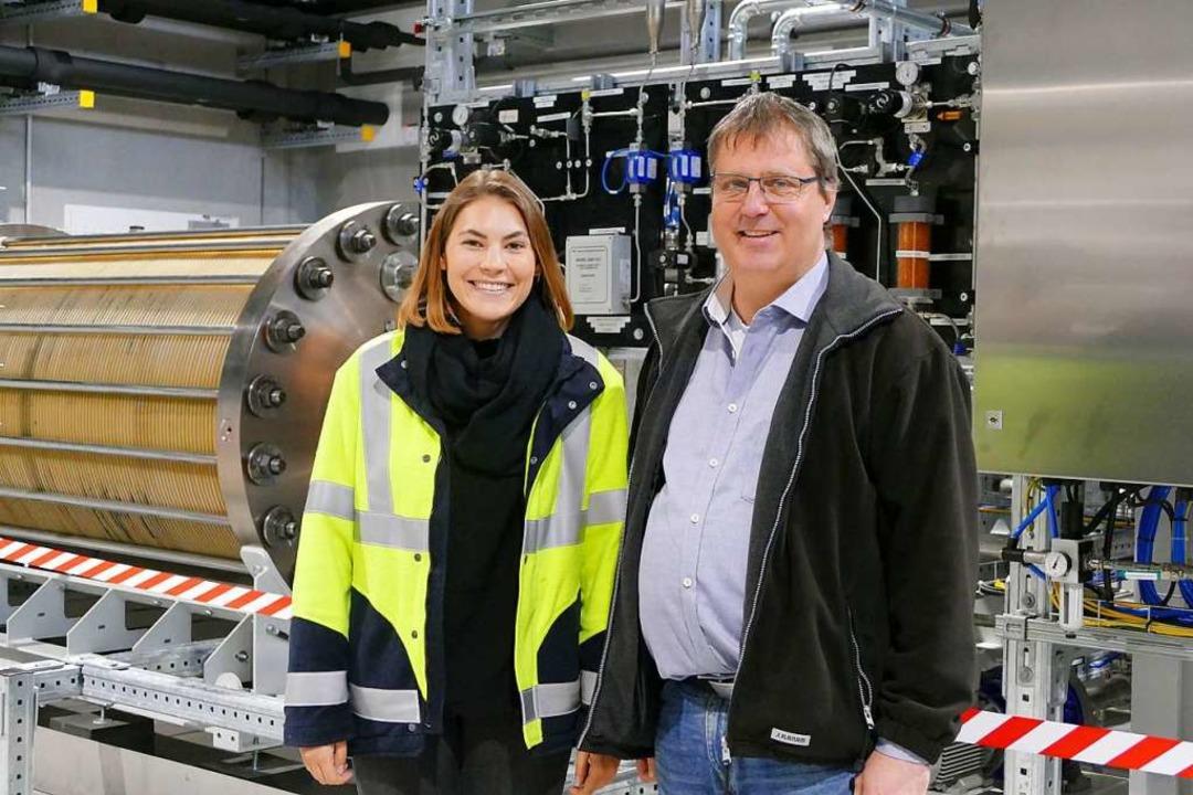 Dagmar Kaiser und Stefan Ficht vor dem Elektrolyseur.  | Foto: Verena Pichler